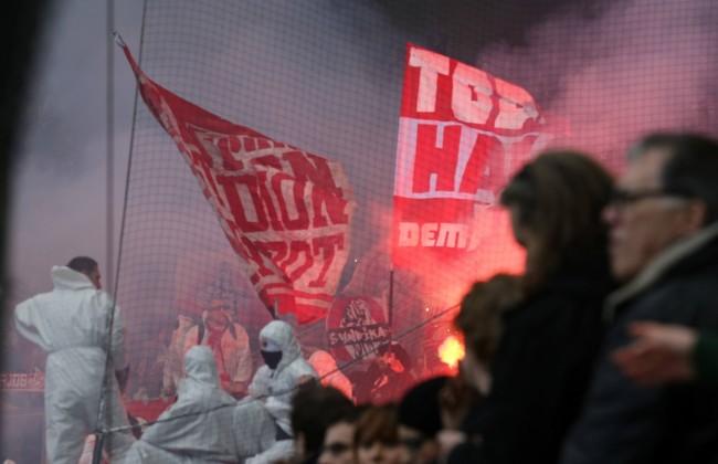 Fans des 1 FC Koeln beim Abbrennen von Bengalische Feuer Pyrotechnik Borussia Moenchengladbach vs