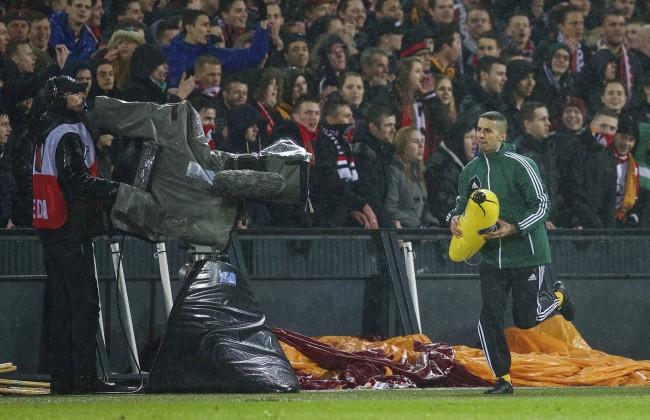 Anhänger von Feyenoord Rotterdam werfen eine aufblasbare Banane auf das Spielfeld rassistische Att