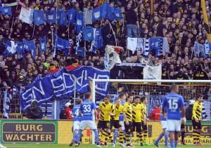 Borussia Dortmund FC Schalke 04 28 02 2015 Die Dortmunder Fans hängen Schalke Trikots an die Wäsc